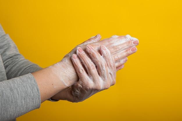 Instructie om uw handen en nagels zorgvuldig te wassen op een gele kleur