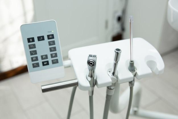 Instrument voor de tandarts, voor de behandeling en inspectie van tanden en beugels
