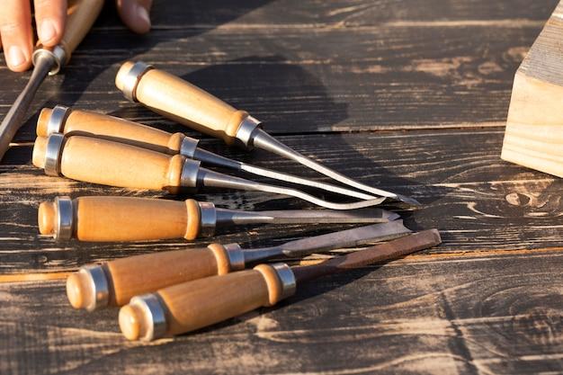 Instrumentarrangement op een tafel graveren