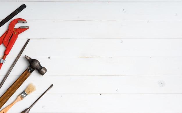 Instrumentenset met tekstruimte op witte houten achtergrond met copyspace