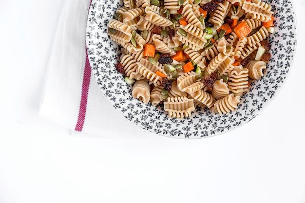 Integrale rauwe pasta met groenten