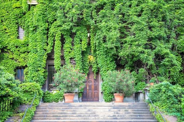 Integratie van natuur en vastgoed op dit oude italiaanse gebouw