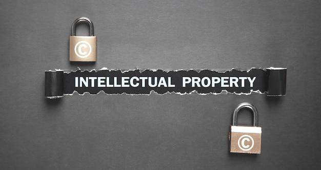 Intellectual property-tekst op gescheurd papier met hangsloten.
