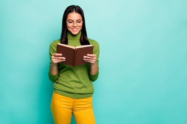 Intellectueel meisje dat interessant boek leest
