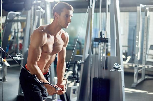 Intensieve training van knappe bodybuilder