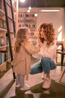 Interessant verhaal. geweldig meisje actief gebaren terwijl ze met haar moeder praat