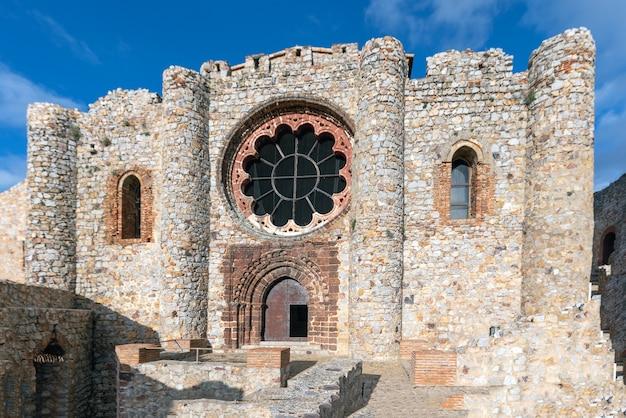 Interessante façade van het kasteel van calatrava la nueva met een roosvenster in het bovenste centrale deel