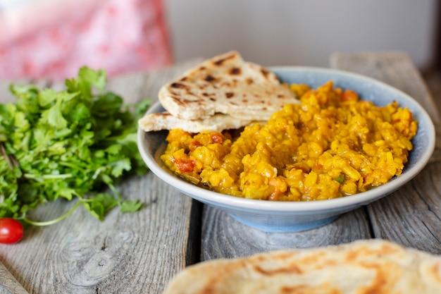 Interessante indische voedselschotel met pitabroodje