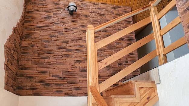Interieur artikelen. houten trap, lamp aan de muur. huis design.
