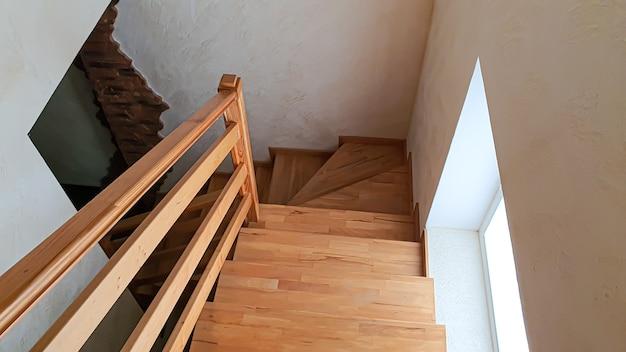 Interieur artikelen. houten trap, lamp aan de muur.