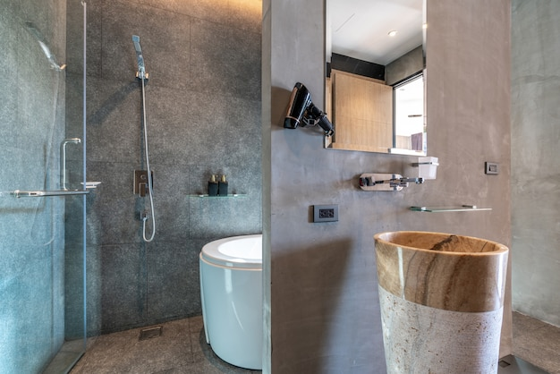 Interieur design badkamer met ligbad en wastafel met lichte ruimte