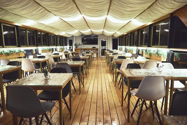 Interieur details van het restaurant op het schip. concept van interieur van een restaurant op een schip