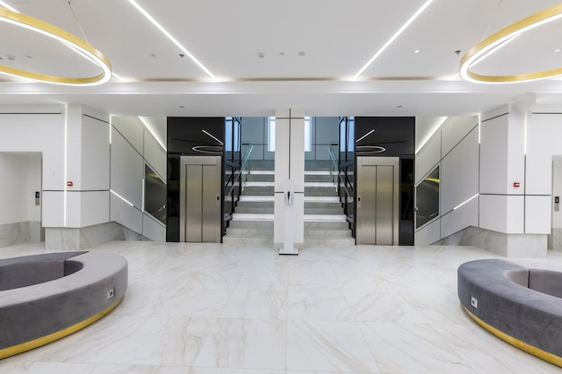 Interieur eigentijds gang hal business center in witte tegels met marmer