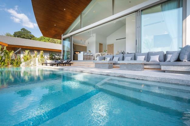 Interieur en exterieur ontwerp van poolvilla, huis en huis voorzien van een zonnebank en een overloopzwembad