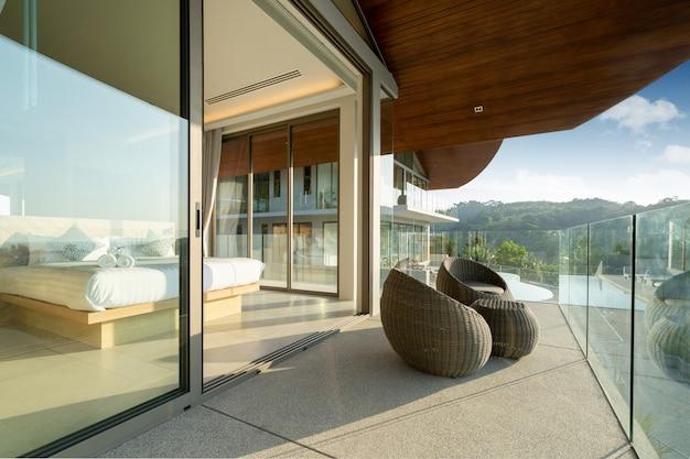 Interieur en exterieur ontwerp van poolvilla, huis en huis voorzien van een zonnebank en kussen bij het zwembadterras