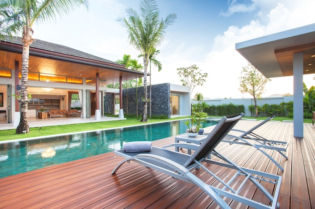 Interieur- en exterieurontwerp van zwembadvilla met woongedeelte