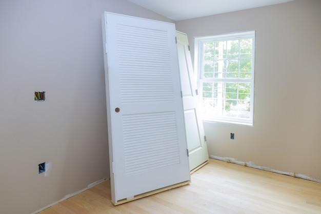 Interieur houten stapeldeur installatie appartementsgebouw, installatie wachten op voorbereiding interieur