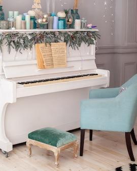 Interieur kamer ingericht piano en kerstboom