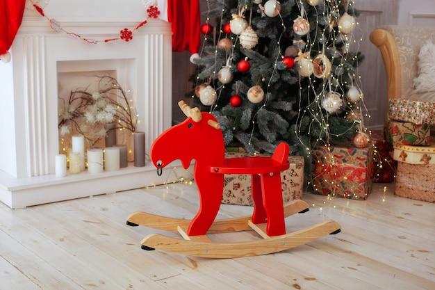 Interieur kamer met houten eland schommelstoel en kerstboom