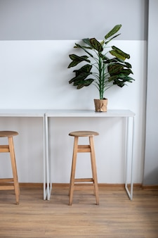 Interieur kantoorwerkruimte in coworking. design met tafel en kinderstoel voor coffeeshop.