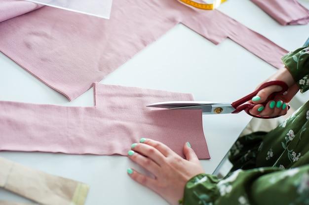 Interieur kledingfabriek sluit maakatelier met diverse naaimachines tailoring