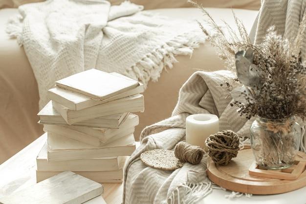 Interieur met boeken en gedroogde bloemen.
