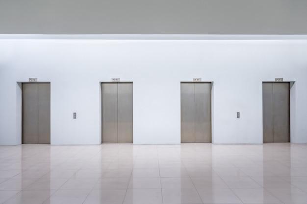 Interieur met liftdeuren. bespotten