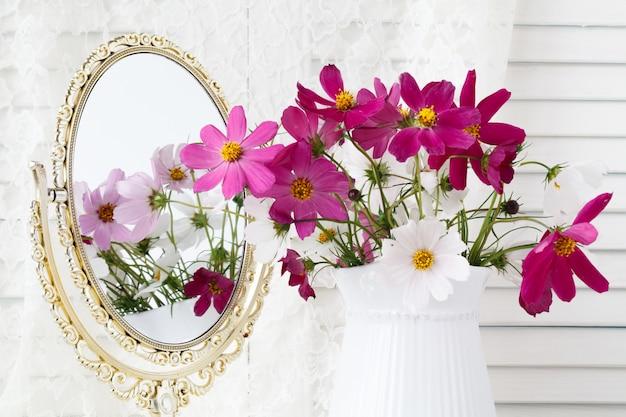 Interieur met spiegel en een tafel met een vaas en bloemen