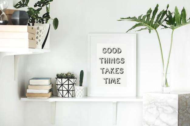 Interieur met witte plank mock-up posterlijst cactussen en vetplanten blad geometrische accessoires