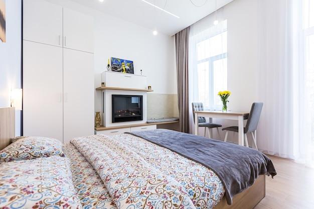Interieur moderne slaapkamer met groot stijlvol bed en eetkamer