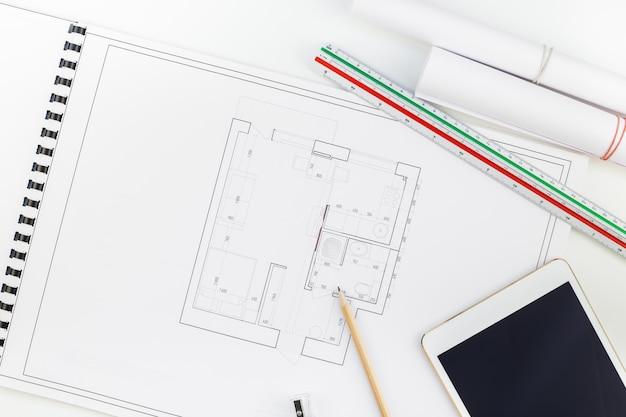 Interieur ontwerper tafel werkplek met huis plan
