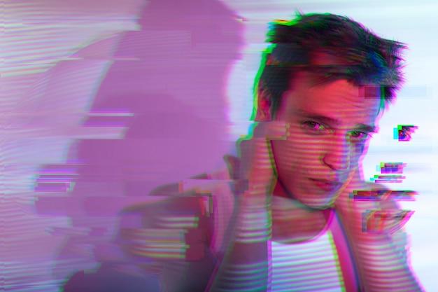 Interieur portret van knappe man in vaporwave stijl