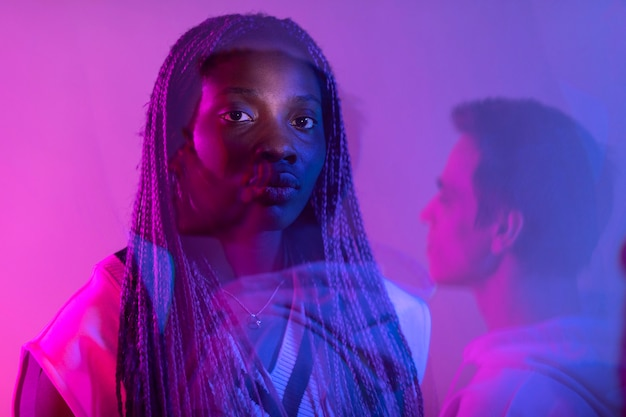 Interieur portret van man en vrouw in vaporwave-stijl