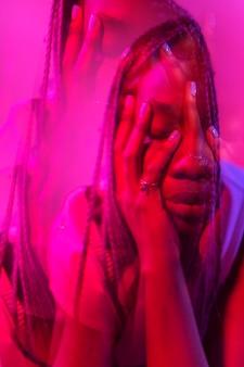Interieur portret van vrouw in vaporwave-stijl