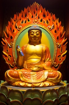 Interieur sculptuur van boeddha tand relikwie tempel gelegen in chinatown van singapore. deze tempel is een populaire toeristische attractie.