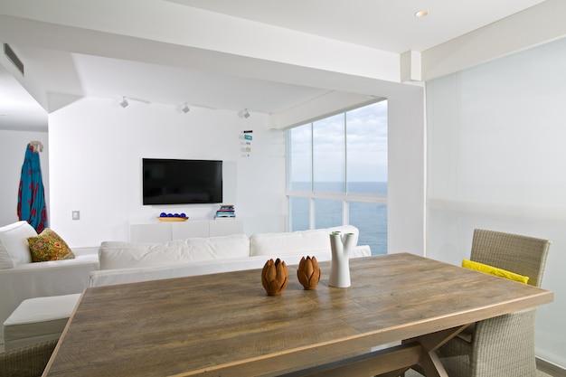 Interieur van appartement, woonkamer met uitzicht op de zee.