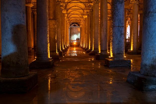 Interieur van basilica cisterne of cisterna basilica, yerebatan sarayi in istanbul