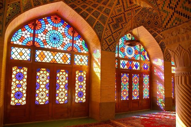 Interieur van de beroemde regenboog nasir ol molk moskee, ook wel de roze moskee in shiraz, iran genoemd