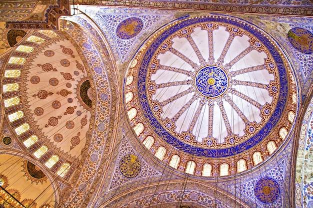 Interieur van de blauwe moskee in istanbul, turkije