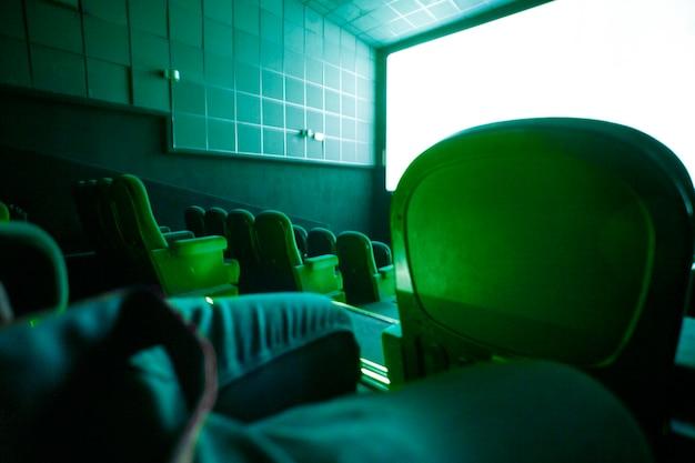 Interieur van de donkere hal van de bioscoop