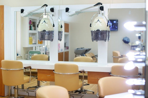 Interieur van de kapperszaak in felle kleuren. schoonheidssalon. plaats voor het knippen van haar