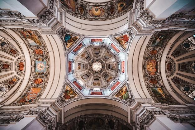 Interieur van de kathedraal van salzburg in salzburg, oostenrijk.
