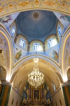 Interieur van de rooms-katholieke kathedraal van fira.