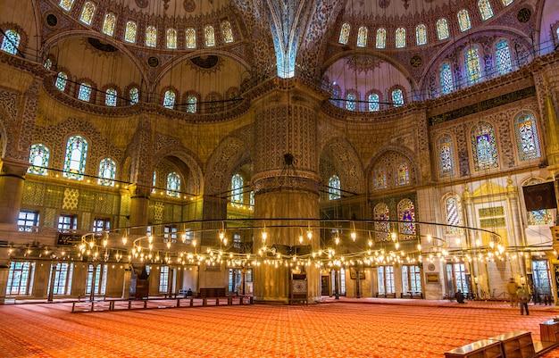 Interieur van de sultan ahmet-moskee in istanboel, turkije