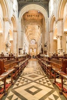 Interieur van de universitaire kerk van st. mary the virgin. het is de grootste parochiekerk van oxford en het centrum