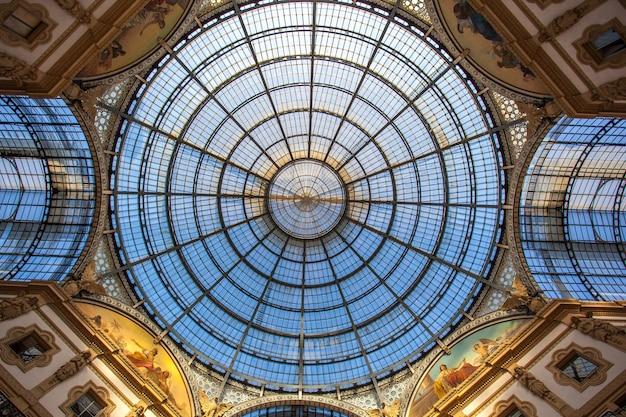 Interieur van de vittorio emanuele ii-galerij, vierkante duomo, in het stadscentrum van milaan.