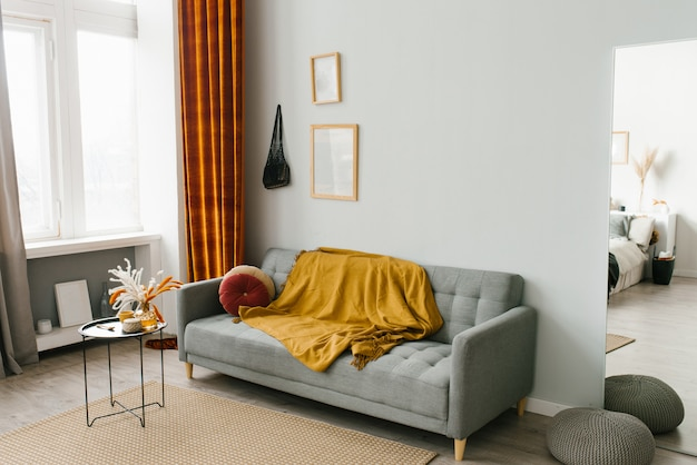 Interieur van de woonkamer in een scandinavische minimalistische stijl in grijs-geel-oranje kleuren