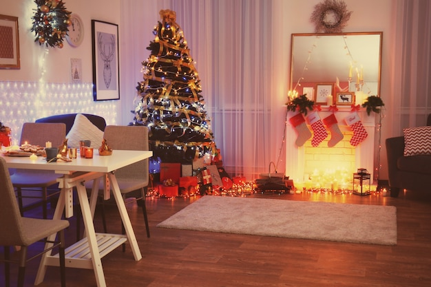 Interieur van de woonkamer ingericht voor kerstmis
