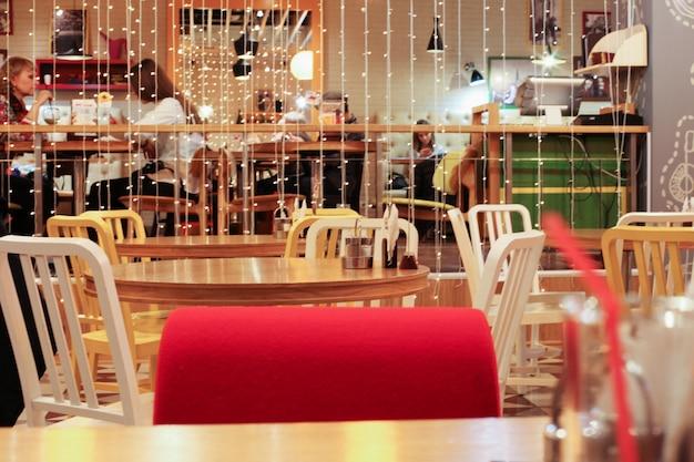 Interieur van een gezellig café met dinerende mensen.