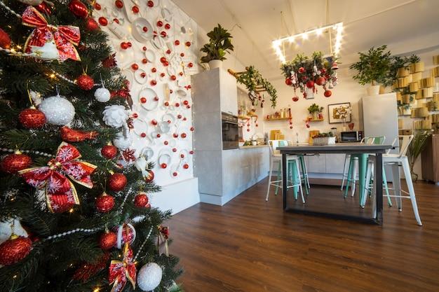 Interieur van een gezellige moderne ruime keuken voor een groot gezin ingericht voor nieuwjaarsviering